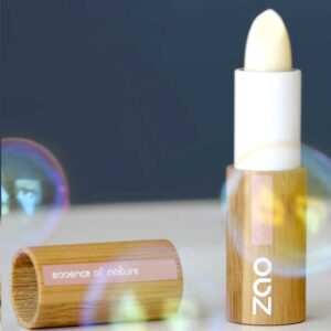 ONTS Βιολογικά Προϊόντα Περιποίησης Σώματος - Βιολογικό Μακιγιάζ - Zao Make-up Βιολογικό Lip Balm Stick, εμπλουτισμένο με οργανικά βούτυρα και φυτικά έλαια. Θρέφει, προστατεύει και επανορθώνει τα ξηρά και ξεφλουδισμένα χείλη. Vegan.