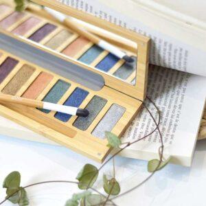 ONTS Προϊόντα Φυσικού και Βιολογικού Μακιγιάζ ZAO MAKE UP. Παλέτα bamboo «Clin d'œil n° 2» με 10 γυαλιστερές μεταλλικές σκιές ματιών, που ταιριάζουν σε όλους τους τόνους δέρματος. Με μεταξένια υφή, μεγάλη περιεκτικότητα σε ορυκτές χρωστικές και συστατικά που θρέφουν το δέρμα.