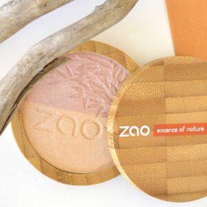 ONTS Προϊόντα Φυσικού και Βιολογικού Μακιγιάζ ZAO MAKE UP. Η 2 σε 1 πούδρα Zao Shine-up Powder Duo, είναι ένα highlighter και μια πραγματική ιριδίζουσα μαγική πούδρα, η οποία χαρίζει λάμψη στα μάτια και σε ορισμένα σημεία του προσώπου, χάρη στην ικανότητά της να δεσμεύει το φως.